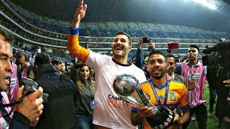 Gignac (izq) y Aquino (der) con el trofeo del título