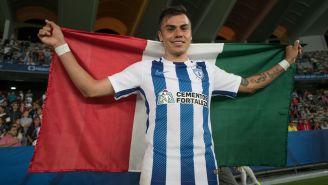 Emmanuel García levanta una bandera mexicana en el Mundialito