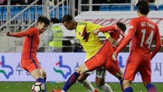 Cardona conduce el balón en juego contra Corea del Sur
