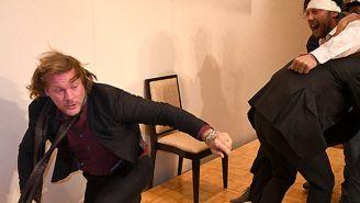 Chris Jericho corre del ataque de Kenny Omega