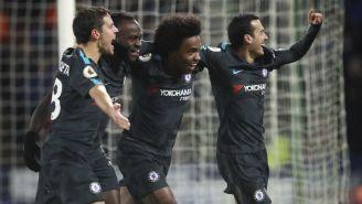 Jugadores del Chelsea celebran el gol de Pedro