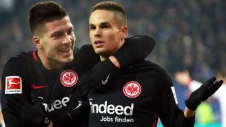 Mijat Gacinovic y Luka Jovic celebran luego de anotar gol