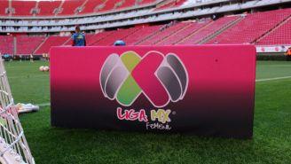 Logo de la Liga MX Femenil en la cancha del Estadio Chivas
