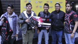 Los jugadores de Syner Gaming, posando con su premio de campeón