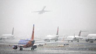 Aviones despegan durante una tormenta de nieve