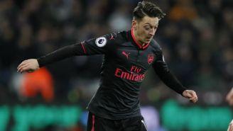 Mesut Özil (Der) conduce un balón en el partido contra el West Ham