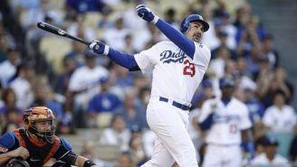 Adrián González batea en un juego con Dodgers