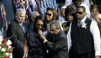 Sherra Wright lamenta la pérdida de su esposo durante el funeral