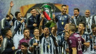 Jugadores de Rayados levantan el trofeo de Copa MX