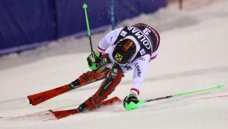 Un esquiador desciende durante un torneo
