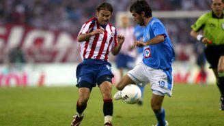 Chelito Delgado domina el balón frente a Manuel Sol de las Chivas