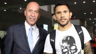 Walter Montoya (der.) acompañado del jefe de prensa de Cruz Azul