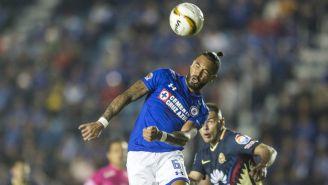 Julián Velázquez cabecea el balón en el Cruz Azul vs América