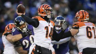 Andy Dalton lanza un pase en el juego contra Ravens