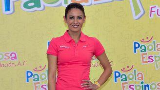Paola Espinosa posa con el logo de su fundación