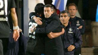 Caixinha abraza a Carlos Peña tras un juego con Rangers de Escocia