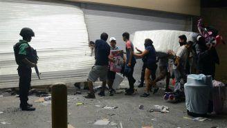 La población saqueó tiendas ante la mirada de la policía