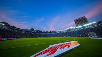 Aficionados abarrotan el Estadio Azul durante la J1 del A2017
