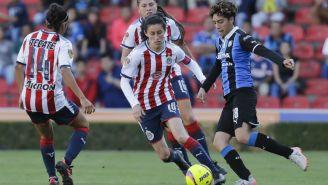 Tania Morales conduce el balón durante el juego contra Querétaro