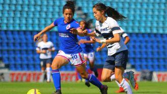 María Sánchez(Izq) disputa un balón