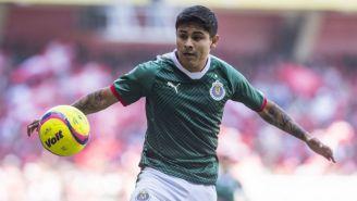 Eduardo López controla el balón en el juego entre Toluca y Chivas