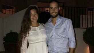 Mario Suárez posa junto a su pareja Malena Acosta