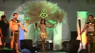 La corona de plumas que vestía la joven se incendió