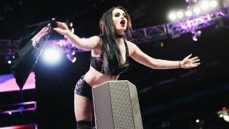 Paige contempla a miles de aficionados desde el ring