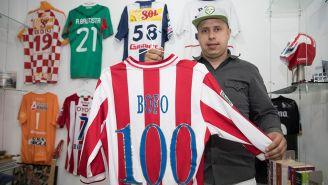 Bofo posa con una de sus camisetas de Chivas
