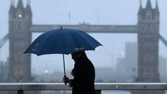 Hombre camina en London Bridge durante el Blue Monday