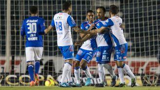 Festejo de los jugadores del Puebla tras marcar a Cruz Azul