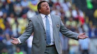 Herrera reclama una decisión al silbante en el Azteca