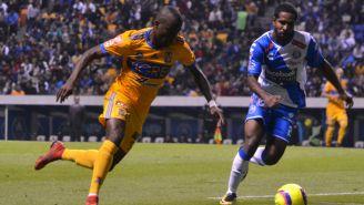 Enner Valencia disputa el balón contra Brayan Angulo en el encuentro frente a Puebla