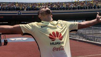 Cecilio Domínguez celebra un tanto en CU con la afición azulcrema