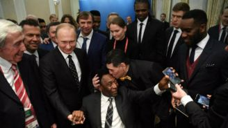 Maradona saluda a Pelé, previo al Sorteo del Mundial de Rusia