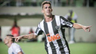 Neto Berola festeja anotación con Atlético Mineiro