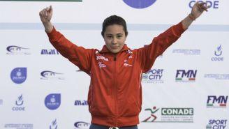 Jiménez levanta los brazos en el podio de una competencia