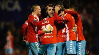 Juan Carlos Martín festeja con sus compañeros su gol de larga distancia