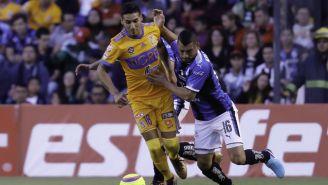 Ismael Sosa y Miguel Samudio luchan por el balón