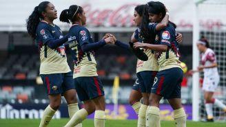 Lucero Cuevas en festejo con sus compañeras al anotar su gol
