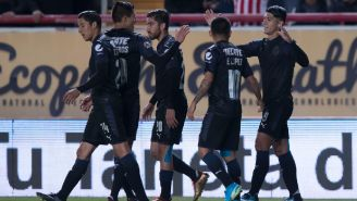 Jugadores de Chivas celebran el gol de Pulido