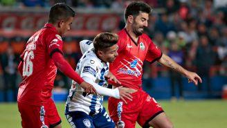 Facundo Erpen pelea un balón en el juego frente a Pachuca