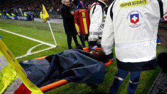 Mbappé abandona el terreno de juego en camilla