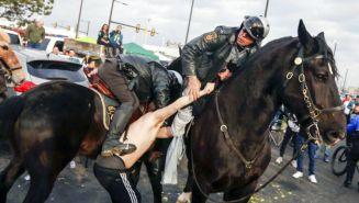 Policías arrestan a una persona por violencia previo al partido
