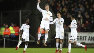 Alfie Mawson festeja el gol de la victoria contra Liverpool