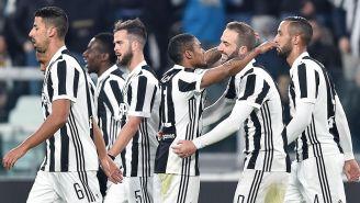 Jugadores de la Juventus celebran con Douglas Costa
