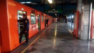 Elementos de seguridad revisan los vagones del Metro