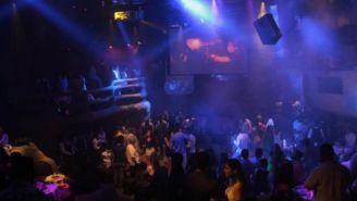 Una discoteca con gente divirtiéndose