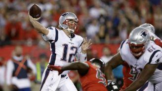 Tom Brady se prepara para lanzar un pase