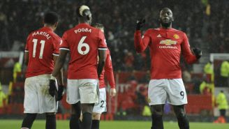 Romelu Lukaku festejan un gol con el Manchester United